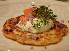 Parmesanraka med löjrom och rödlök_ Tapas, My Recipes, Snack Recipes, Gourmet Appetizers, Good Food, Yummy Food, Vegetarian Snacks, Swedish Recipes, Party Food And Drinks