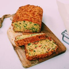 Cheesy Tomato & Spinach Savoury Loaf: Baking Recipes For the love of an Australian savoury muffin but less guilty . I bring you savoury loaf of the dreamy one bowl, Italiany variety! Savory Muffins, Savory Breakfast, Savory Snacks, Savoury Muffins Vegetarian, Savoury Muffin Recipe, Bacon Muffins, Savoury Slice, Savoury Cake, Savoury Biscuits