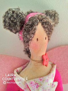 Oggi fiocco rosa, in tutti i sensi, per la nuova nata in casa countrystyle.   La prima fata di una piccola serie che sto realizzando.   C...