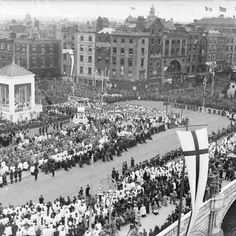 O'Connell Bridge - Eucharistic Congress Elevated view of a special mass on O'Connell Bridge for the 1932 Eucharistic Congress. © Courtesy of The National Library of Ireland Ireland Pictures, Old Pictures, Old Photos, Photo Engraving, Ireland Homes, Dublin Ireland, 1930s, Paris Skyline, Dolores Park
