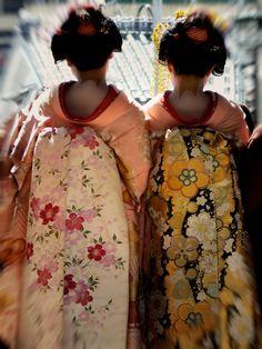 Kyoto, Japan, 2 young maiko in darari obi.  The black/yellow/white obi is fabulous!