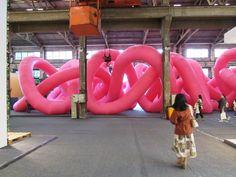 Cyril Lancelin, fondateur du studio français Town and Concrete, a conçu Knot, une installation basée sur un noeud tricoté, le nœud de trèfle, un noeud avec trois croisements sur lequell est modélisé le design de la structure tridimensionnelle.  Le trèfle peut être obtenu en réunissant les deux extrémités d'un noeud commun, ce qui donne une boucle nouée. Plusieurs nœuds ont été juxtaposés, et une ligne continue et fermée les relie. Avec cette installation immersive, Town and Concrete...