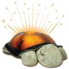 La veilleuse enchantée projette, au plafond et sur les murs de la chambre, un doux ciel étoilé de 8 constellations. Sa projection d'étoiles transforme l'heure du coucher en plaisir et aide votre bébé à s'endormir calmement.