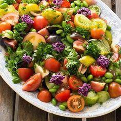 En fräsch grönsallad med lättfrästa sojabönor som gör den matig och proteinrik. De gröna sojabönorna hittar du i frysdisken. Knaperstekt bacon bidrar med krispig sälta. Toppa hela härligheten med senapsdressing och färska örter! Gott till det mesta. Food For The Gods, Vegetarian Recipes, Healthy Recipes, Recipes From Heaven, Summer Recipes, Food Hacks, Food Inspiration, Love Food, Salad Recipes