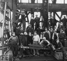 Empire State Building - En el proyecto participaron 3 400 trabajadores, en su mayoría inmigrantes procedentes de Europa, junto con cientos de trabajadores de Mohawk (expertos en hierro), muchos de ellos de la reserva de Kahnawake, cerca de Montreal. Según las cuentas oficiales, cinco trabajadores murieron durante la construcción.