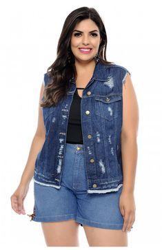 fafa3542f Colete jeans plus size em lavagem azul estonada com detalhes de puídos na  frente e barrinha