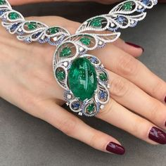 Magnificent Birds of Paradise necklace by Ringo @ringojewelry presented at #IJL2017 @jewellerylondon. It features a whopping 38cts cabochon emerald in the centre that comes from Malishev mine in Russia. See, gorgeous emeralds don't just come from Colombia or Zambia!