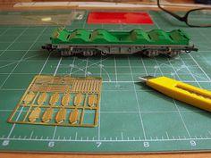 Foto 1. Mejora bobineros. Escala H0.  Proceso de detallado de los vagones portabobinas.