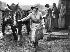 History in Photos: World War I - women workers. Women work at Cross Farm in Shackleton, Surrey, April 1917