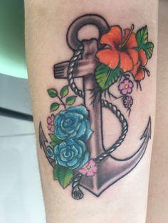 Tattoo feita por Lia Avelar - Royal Family tattoo - ancora - flores - tatuagem -