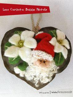 LANA CARDATA NATALE : guarda come realizzare un cuore con appeso un babbo natale e decorazioni floreali, realizzato a mano.