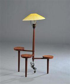 Lampebord af teak med tre drejelige plateauer. H. inkl. skærm 82 cm. Ø ca. 45 cm. Vurd. 1000 kr.