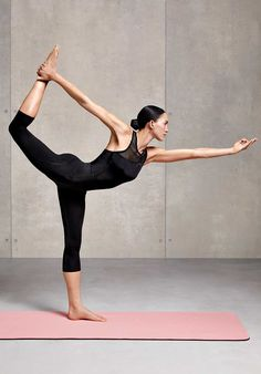 16 Valid Reasons To Start Yoga In The Quarantine Period Yoga has many benefits to brain and body health.When you are at home, it's time to start yoga! Yoga Pictures, Yoga Photos, Beginner Yoga, Yoga For Beginners, Vinyasa Yoga, Corps Yoga, Sports Challenge, Yoga Yin, Karma Yoga