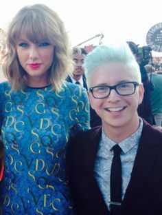 Taylor Swift and Tyler Oakley at the VMAs 2014 !!!!!!!!!!!!!! IM JEALOUS OF THEM BOTH THIS MAKES ME HAPPY