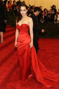 Emilia Clarke, la mère des dragons dans Game of Thrones, porte une robe du soir rouge vif sur mesure signée Ralph Lauren au gala du Met hier soir