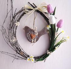 """Jarní+věneček+""""Vítání+jara""""+Jarní+věnecz+březového+proutí+o+průměru+cca+35+cm+s+umělými+i+látkovými+květy,+dřevěnými+přízdobami+a+keramickým+ptáčkem."""