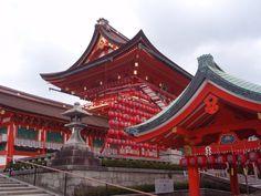 Kiotó: Fusimi Inari nagyszentély a gabona istenének Inarinak a tiszteletére építették 711-ben. Az út sok ezer vörösre festett cédrusfa kapun át vezet a hegyoldalba a szentélyig. A séta másfél órát is eltart.