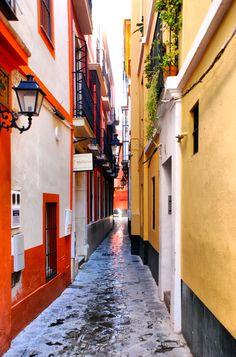 Uno de nuestros rincones favoritos de #Sevilla, la Judería y sus calles estrechísimas, cerca de la calle Agua.