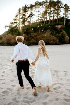Bride and groom running at the beach hand in hand Post Wedding, Wedding Tips, Wedding Photos, Wedding Planning, Wedding Day, Wedding Ceremony, People Getting Married, Bridesmaid Outfit, Wedding Photo Inspiration
