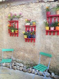 mise en couleur des palettes et des vieilles chaises de jardin