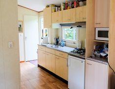 Chalet 226 op de Sprookjescamping beschikt over een complete keuken Kitchen Cabinets, Home Decor, Chalets, Decoration Home, Room Decor, Cabinets, Home Interior Design, Dressers, Home Decoration