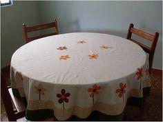 Toalha de mesa redonda em patchwork, tecidos 100% algodão pré lavados. forrada com tecido de algodão cru. Aplicações e cores podem ser escolhidas por você. Medidas: 1,8o x 1,80 cm de diâmetro.