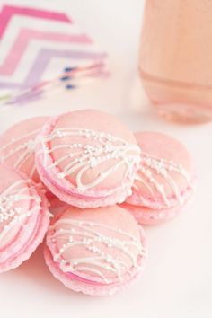 Pink Champagne Macaroons with sprinkles Rosa Desserts, Desserts Roses, Köstliche Desserts, Dessert Recipes, Pink Desserts Easy, Dinner Recipes, Frosting Recipes, Dessert Party, Macaron Dessert