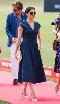 Carolina Herrera V-Neck Faux Wrap Denim Midi Dress as seen on Meghan Markle, the Duchess of Sussex at Sentebale Polo Cup 2018 Meghan Markle Stil, Meghan Markle Dress, Meghan Markle Outfits, Meghan Markle Fashion, Pippa Middleton, Mini Vestido Jeans, Vestidos Polo, The Duchess, Denim Midi Dress