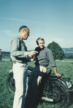 American actor Steve McQueen with director John Sturges on the set of his movie The Great Escape based on the book by Paul Brickhill Steeve Mcqueen, Cult Of Personality, The Great Escape, Cinema Movies, Big Daddy, American Actors, Movie Stars, Hollywood, Guys