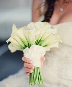 bouquet de mariage vert et blanc / bouquet de mariée #weddingbouquet #bridalbouquet www.joyeuxmariage.fr