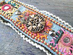 Brazalete de mezclilla RESERVADO  gitana hippie  reciclado
