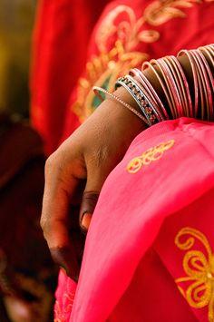 Les couleurs des saris et des bijoux pendant le foire au bétail de Pushkar #inde #rajasthan