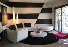 Biało-czarne nie znaczy nudne! Malowanie ścian w czarnym kolorze to odważny krok, który niesie za sobą świetne rezultaty.