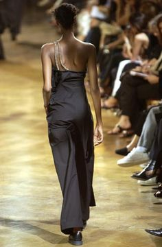 Yohji Yamamoto - Ready-to-Wear - Runway Collection - Women Spring / Summer 2003 - See more at: http://firstview.com/collection.php?p=75&id=5589&of=83#sthash.wJaSx81z.dpuf