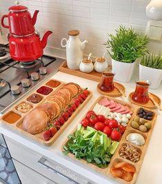 ideas for brunch food table buffet Breakfast Presentation, Food Presentation, Breakfast Platter, Breakfast Buffet, Breakfast Bread Recipes, Brunch Recipes, Brunch Food, Cuisine Diverse, Food Platters