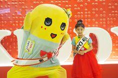 オープニングセレモニーに登場したふなっしーと中川江奈ちゃん(1日、キデイランド大阪梅田店)