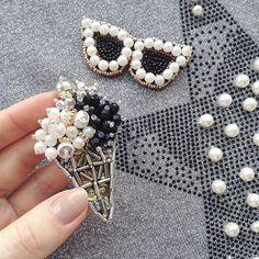 Эксперимент с цветом.  Не все любят яркие цвета, так и появилась идея создать строгую, стильную, но такую милую #брошьмороженое… Bead Embroidery Patterns, Hand Work Embroidery, Bead Embroidery Jewelry, Beaded Embroidery, Beaded Jewelry, Brooches Handmade, Handmade Jewelry, Diy Broderie, Beaded Brooch