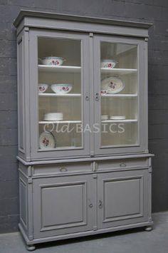 Servieskast 10065 - Deze licht gepatineerde, grijze vitrinekast heeft een klassieke uitstraling. Aan weerszijden is het meubel prachtig afgewerkt met panelen. Een kast die zich leent voor blikvangers, zoals een mooi servies! MAATWERKDit meubel is handgemaakt en -geschilderd. De kast kan in vrijwel elke gewenste maat, indeling en RAL-kleur worden nabesteld. Benieuwd naar de mogelijkheden?