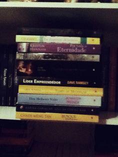Lombada de todos os livros recebidos. Cortesia da Editora Novo Conceito
