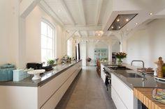 De keuken als verlengstuk van de woonkamer is iets wat we steeds vaker zien. We inspireren je graag met alle mogelijkheden.