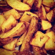 Batatas Rústicas: batatas cozidas ao ponto com casca, fritas em oleo de canola e azeite e alecrim.