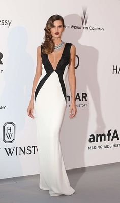Izabel Goulart, espectacular con este vestido con escote en V cruzado en blanco y negro.