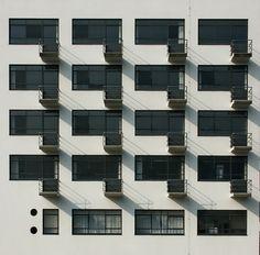 Bauhaus Dessau - by Walter Gropius, 1926 Architecture Art Design, Education Architecture, Classical Architecture, Facade Architecture, Landscape Architecture, Walter Gropius, Design Bauhaus, Bauhaus Style, Bauhaus Art