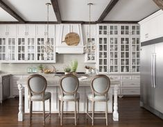 <p>14 fabulous country French kitchens to get your design wheels turning!</p>
