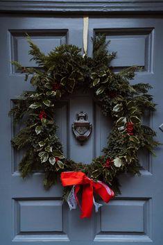 Christmas Is Coming, White Christmas, Christmas Diy, Christmas Wreaths, Vegan Christmas, Spring Wreaths, Classic Christmas Decorations, Holiday Decor, Yule Celebration