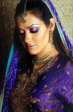 Check out this Wedding makeup. A blend of purple to blue eyeshadow from the inner corner to the outer corner of the eyelid, and a pair of to complement the outfit! Indian Eye Makeup, Indian Eyes, Indian Bridal Makeup, Wedding Makeup, Dulhan Makeup, South Asian Wedding, Blue Eyeshadow, Bridal Make Up, Indian Beauty