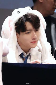 190425 BTS Fansign in Sangnamdong Jungkook Cute, Kookie Bts, Bts Taehyung, Jung Kook, K Pop, Hip Hop, Asian Music Awards, Maknae Of Bts, Googie