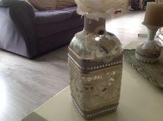 fles deels beschilderd met gesso of betonverf en verder versierd met kant, steentjes en een hangertje ((gesso-creaties))