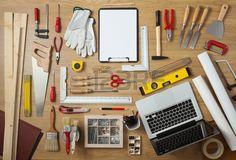 Progetto in bianco su una appunti con strumenti fai da te all around di un tavolo di lavoro vista da Archivio Fotografico