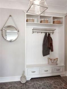 Elegancki korytarz, przedpokój w bieli, meble do przedpokoju, aranżacja przedpokoju. Zobacz więcej na: https://www.homify.pl/katalogi-inspiracji/30865/7-ciekawych-wieszakow-do-przedpokoju